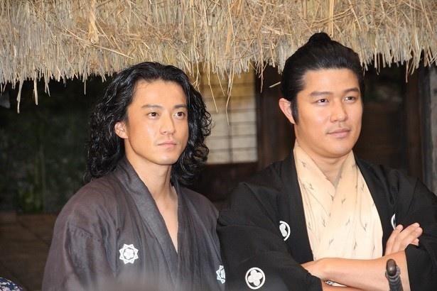 鈴木亮平と小栗旬は取材会でも仲の良いやりとりを繰り広げた