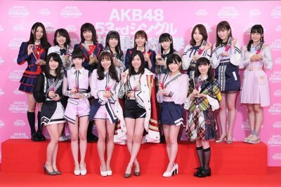 SKE48から選抜メンバーに入ったのは松井珠理奈(手前中央)、須田亜香里(手前左から3番目)、大場美奈(奥中央)、惣田紗莉渚(奥左から3番目)、古畑奈和(奥左端)の5人