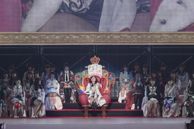 玉座に座り、「私、名古屋に生まれてよかったー」とコメント