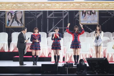 「アップカミングガールズ」を果たした青木詩織(左から2番目)、日高優月(右から2番目)、岡田美紅(中央)