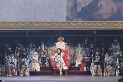 玉座に座り、会場を見渡す松井珠理奈