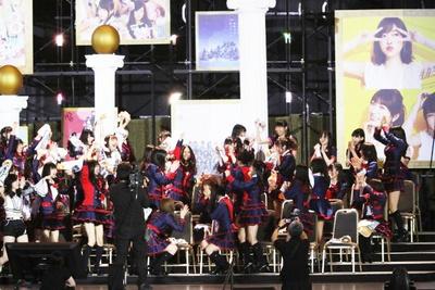 SKE48のメンバーの名前が呼ばれる度に、全員で喜び合う一同。チーム間の結束の強さがうかがえる