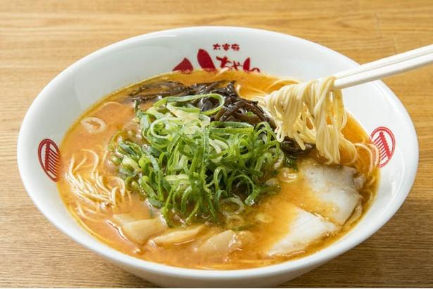 辛味噌とんこつラーメン(700円)。豚骨スープに唐辛子味噌を溶かす