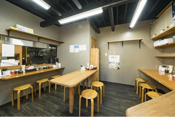 店内は11席。卓上に無料の辛子高菜と紅ショウガ、すりおろしニンニクなどが置かれる