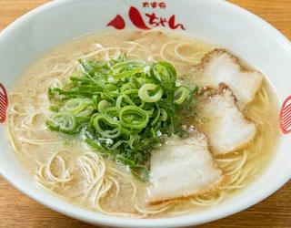 とんこつラーメン(650円)。豚の丸骨、背脂を強火で煮込んだ濃厚スープ