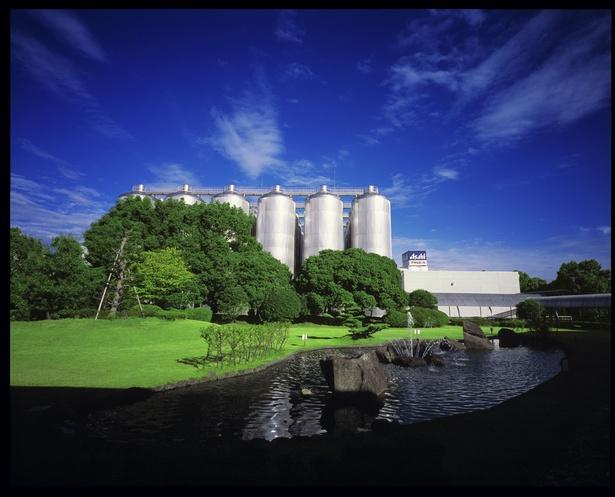 【写真を見る】1973年創業、庄内川沿いに建つ大きな工場だ