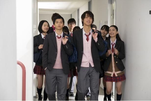 ドラマ「覚悟はいいかそこの女子。」(TBSほか)で共演した中川大志(右)と田中偉登(左)