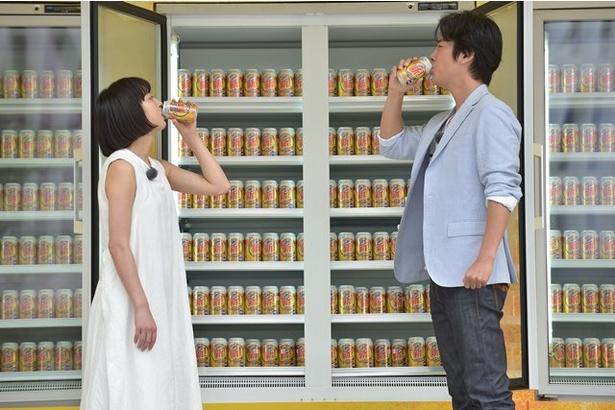 【写真を見る】ステージ上で「新!キリン のどごし<生>」を味わう桐谷健太と門脇麦