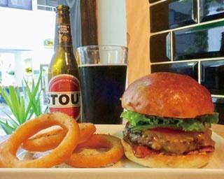 北海道産牛100%の濃厚バーガーに、約14種のクラフトビールを!大阪「Craft Burger co. 堂島店」