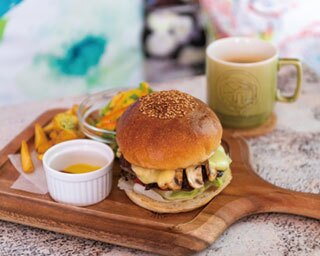 インスタグラマーに話題の空間で本格バーガー&コーヒーを。大阪「友安製作所Cafe&Bar阿倍野」