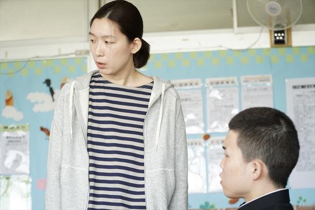 江口のりこは、思春期真っ最中の息子に手を焼くシングルヤンママを好演