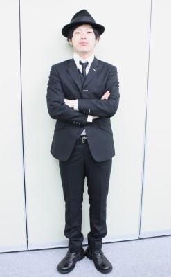 【写真】スーツ姿で登場したとーやま校長(ほか校長画像はコチラ)