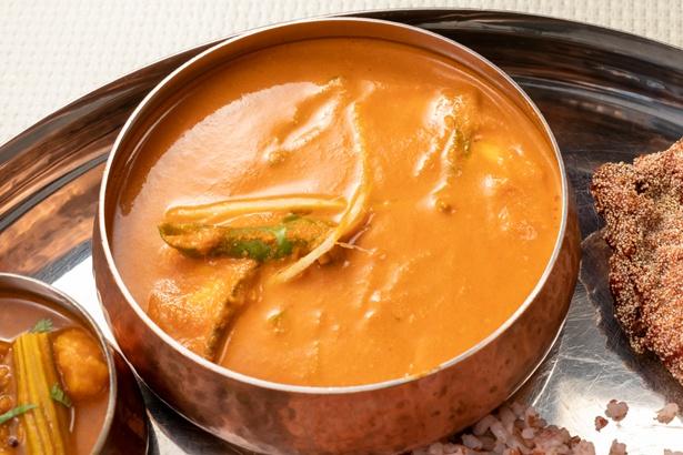 この日のカレーに使われた魚はサーモン。ソースはココナッツミルクがベースで、北海道産のバターによる自家製の「ギー」やスパイスをブレンドしている