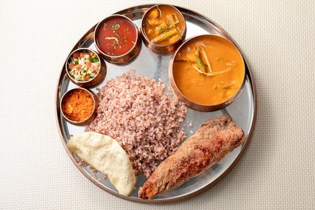【写真を見る】「こだわりフィッシュターリ」(2899円)。週替わりの魚を使ったカレーとフライがメインとなり、スープやサラダなど数種の副菜が一皿に。選べるドリンクも付く
