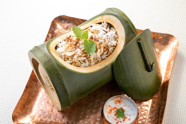 【写真を見る】「カジキマグロのビリヤニ」(1965円)。日本の米に比べて粘り気の少ない「バスマティライス」を使い、マスタードオイルと共に香り高く仕上げる