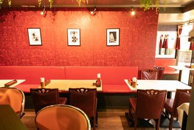 1月14日にオープンしたばかり。ソファや壁は情熱的な赤色のデザインで、壁には現地の文化が描かれている。一角にはおひとり様にうれしいカウンター席も