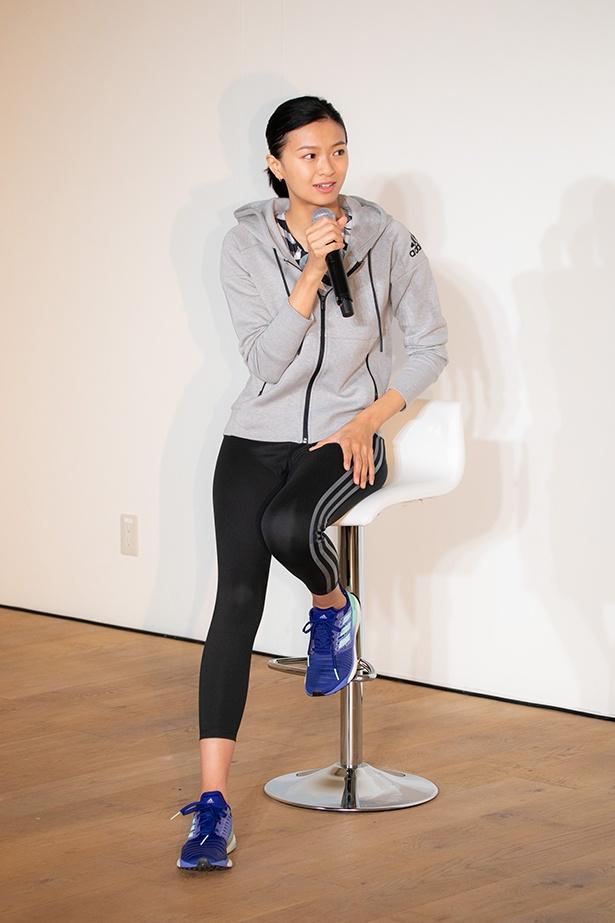 【写真を見る】榮倉は普段から着用しているというトレーニングウェア姿を披露