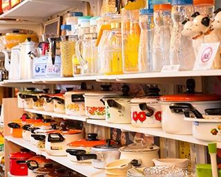 お店は下北沢一番街商店街沿い。店先にある棚、椅子、雑貨もすべて購入できる