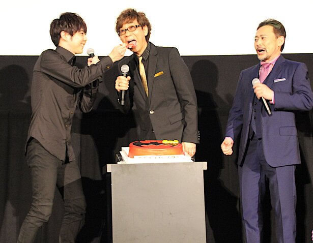 山寺宏一、梶裕貴からファーストバイト!サプライズ誕生祝いに「おいしーい」と感激