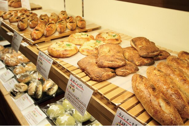 「ぱんや東條」の「食パン」(1斤360円〜)など定番メニューも含め、常時約30種類が並ぶ