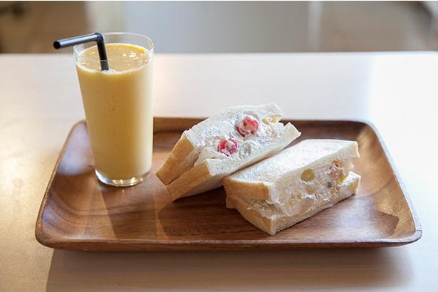 【写真を見る】「Sandelica」で一番人気の「フルーツサンド」(400円)。まろやかな甘さのホイップクリームにフルーツ缶の果物が入っている