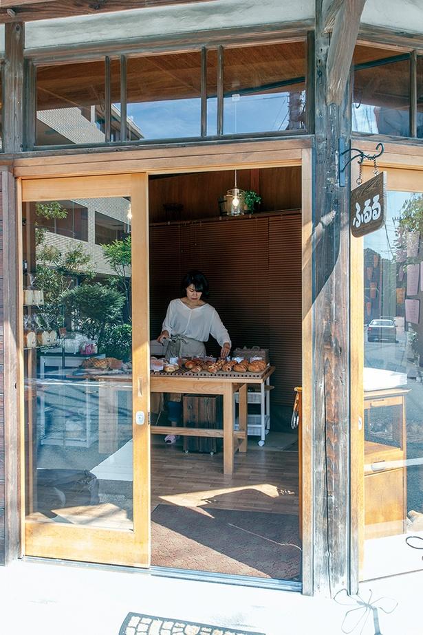 「ふるる 平尾浄水町店」。駄菓子屋を営んでいた祖父宅をリノベーションし、開いた小さなパン屋はどこか懐かしい雰囲気