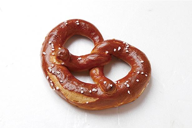 「いとだパン」の「プレッツェル」(120円)。ドイツの伝統的なパン。まんべんなくまぶされた岩塩が味のポイント