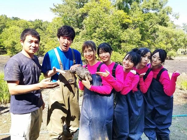 AKB48、アイドルだけど泥まみれ!「池の水ぜんぶ抜く大作戦」で生物捕獲に挑む