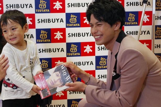 森崎ウィンが6月20日(水)に発売される写真集の先行発売記念イベントで約1000人のファンと交流!