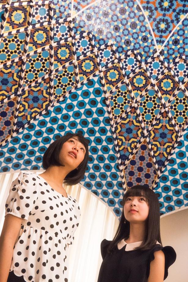 【写真を見る】イスラームのタイル張り天井をじっと眺める、SKE48ドラフト3期生の上妻ほの香と大谷悠妃