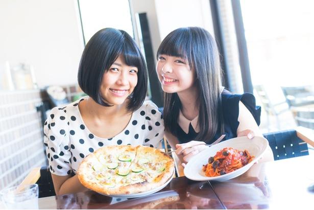 ピザとパスタを仲良く2人で分け合って食べていた
