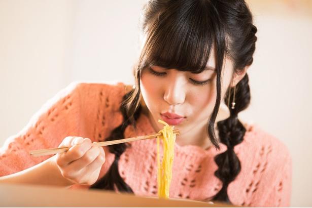 真剣にラーメンを食べる姿がかわいい