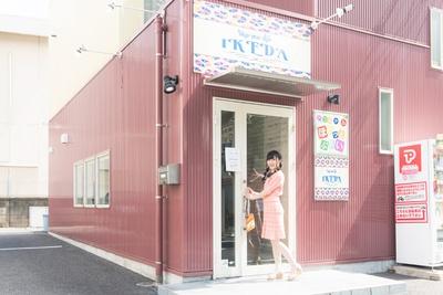 【写真を見る】ご機嫌な様子でラーメン店のドアを開ける、SKE48の野々垣美希