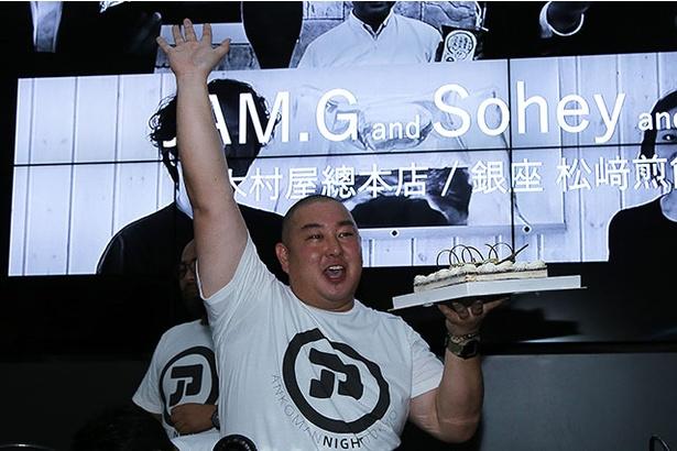 当日は「ぎんざ空也 空いろ」五代目店主・山口氏のバースデー。用意されたケーキ(洋菓子!?)を片手に観客に応える