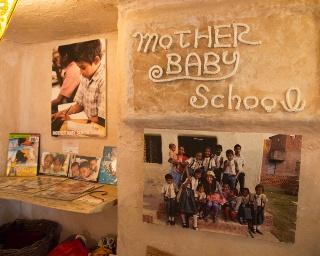 店内に貼られたインド・バラナシの子供たちの写真