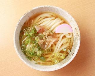 """木村さんが試行錯誤の末に誕生させた「冷やしかけ」。""""福岡人の好みに合う麺とダシ""""のおいしさをシンプルに味わえる一杯だ"""