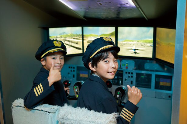ブリーフィングで飛行計画や天候を確認したあと、フライトシミュレーターに挑戦。操縦かんを握れば、たちまちテンションアップ/キッザニア甲子園