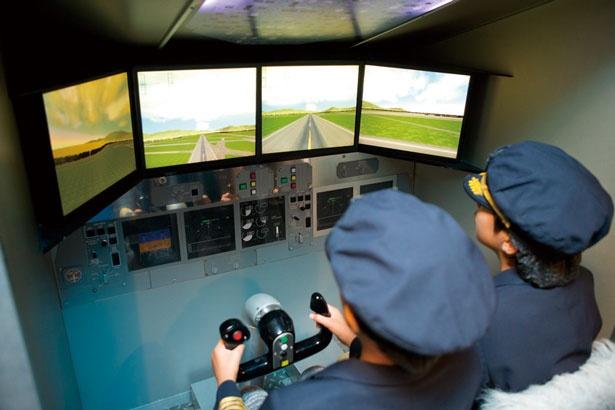 【写真を見る】フライトシミュレーターの操作方法を聞き、操縦訓練スタート。難易度は3段階ある/キッザニア甲子園