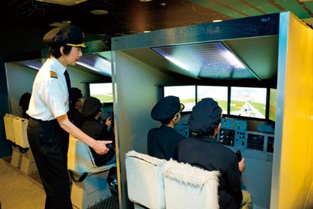 シミュレーターの画面に現れる空路に沿って、飛行機を操縦。キッザニア東京空港の滑走路を目指して、空の旅へ/キッザニア甲子園
