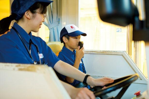 救急車で患者さんのもとへ。助手席の子供はマイクで「救急車が通ります」とアナウンス/キッザニア甲子園