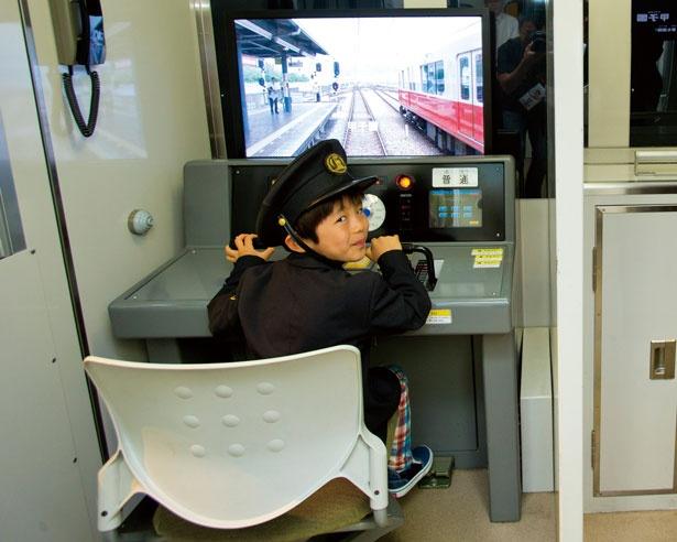 運転席から見える風景は、実際の阪神電車の運転席から撮影したもの。音まで忠実に再現され、本物の電車を走らせている感覚に/キッザニア甲子園