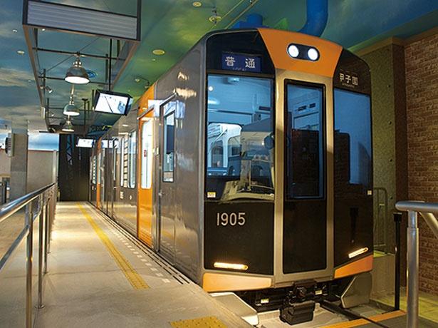 電車の客席シートや床材、運転席の時計などに本物の電車と同じパーツを使っている/キッザニア甲子園