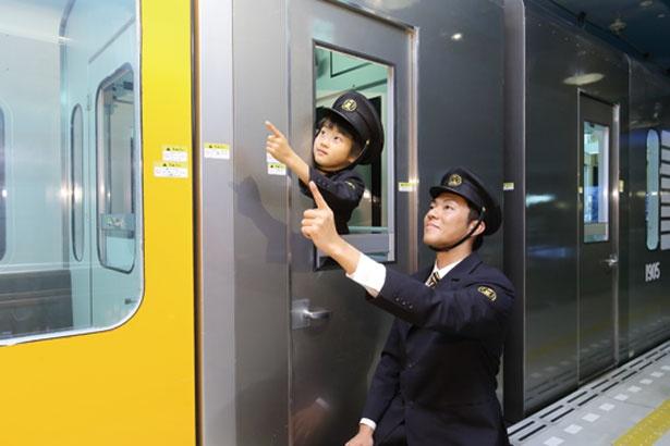 「車掌」の体験ではドアの開閉作業も。運転士と車掌が互いに協力して安全に走らせよう/キッザニア甲子園