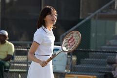 こんなエマ・ストーン見たことない!?丸メガネ×おかっぱ×テニスウェア…でも溢れる可愛さ!