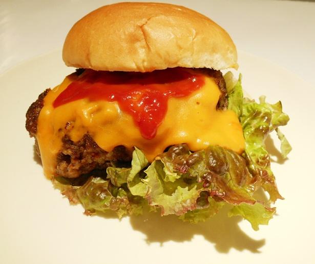 「牛タン100%ハンバーガー普及の会」(静岡)の牛タン100%チーズバーガー¥800