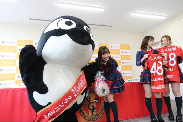 グランパスくんから、先日のAKB48選抜総選挙で2位に輝いた須田亜香里へ、オリジナルカゴバッグのプレゼントが!
