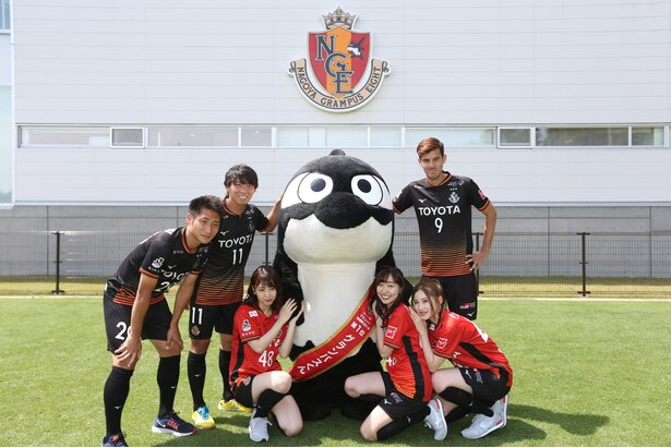 【写真を見る】ユニフォーム姿に着替えたメンバーは、選手やグランパスくんと一緒に記念撮影!