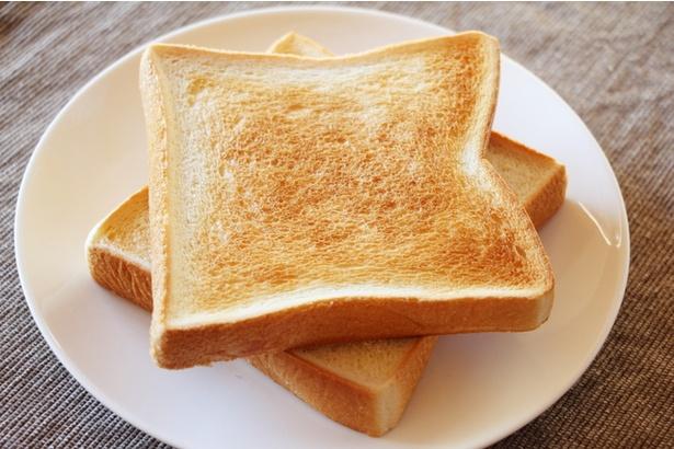 切れ目を入れるだけでトーストが美味しくなる!? 魔法のような裏技に驚きと感動の声続出