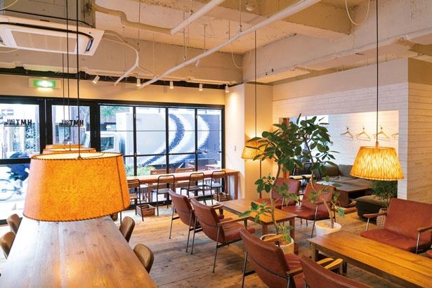 高級チェアに腰かけて/H.M.T. CAFE DINING