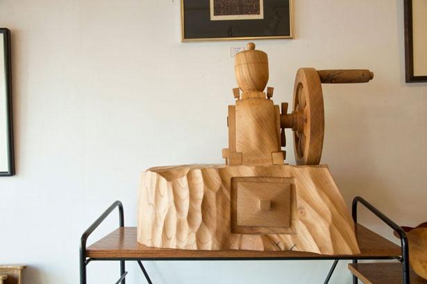 お店いち押しの個性派アイテムは木彫りのコーヒーミル(5万円)